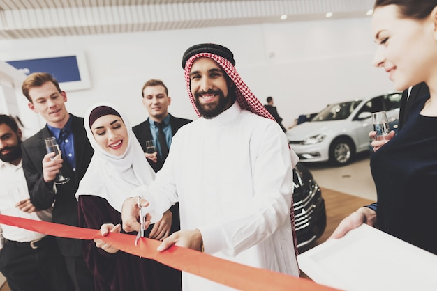 Arabische zakenpartners man vrouw grand opening
