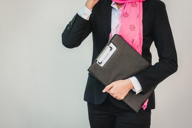 Arabische zakenvrouw messaging op een mobiele telefoon