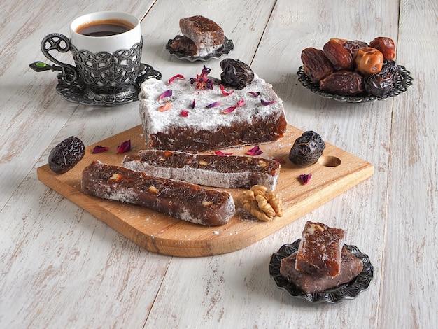 Arabische zelfgemaakte snoepjes. marmelade van dadels.