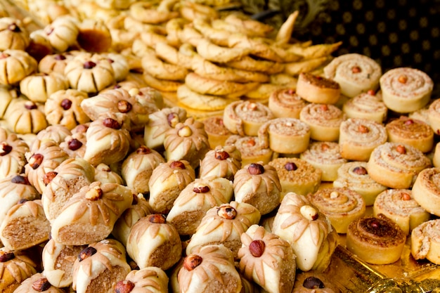 Arabische zoete gebakjescakes gestapelde bakkerij