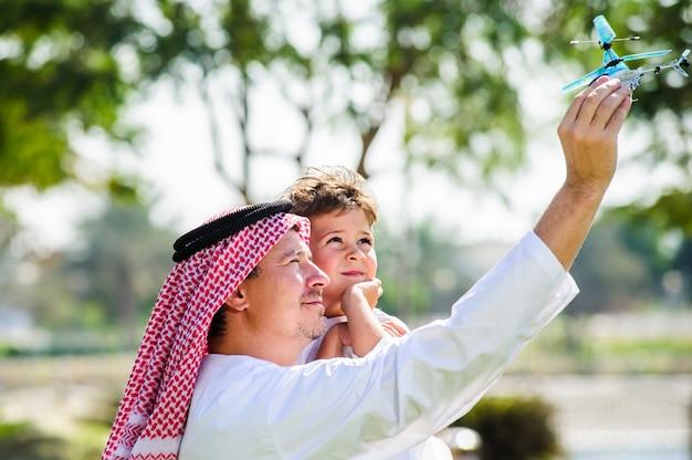 Arabische zoons anf vader die binnen stelt.