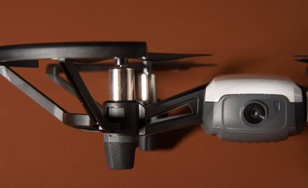 Araras, so paulo, brazilië. 03 september 2021. tello-drone gefotografeerd op een leren oppervlak met een donkere achtergrond en kleine scherptediepte, selectieve focus.