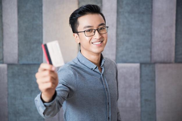 Arbeider bankieren met behulp van mannelijke job
