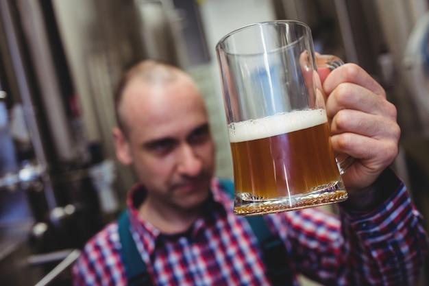 Arbeider die bier in mok onderzoekt