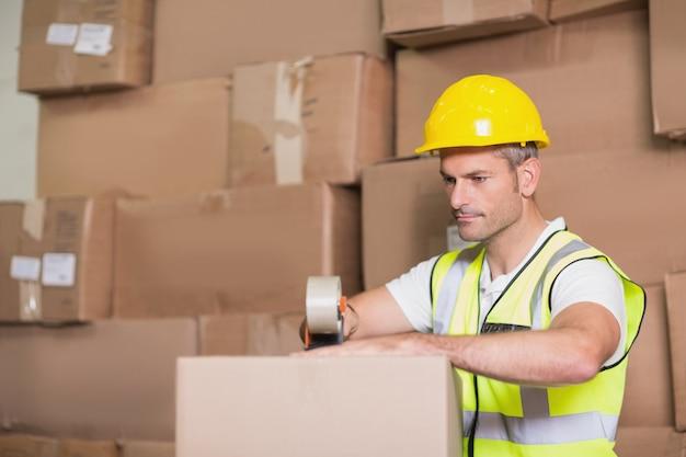 Arbeider die goederen voor verzending voorbereidt