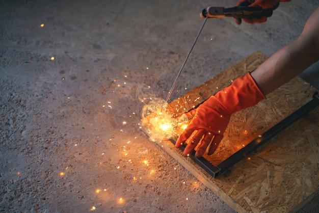 Arbeider lassen draad metaal