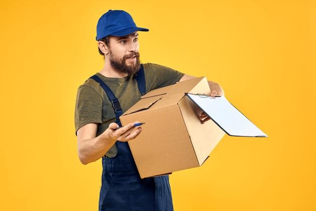 Arbeider mannelijke koerier die dozen levert die gele documenten verpakken