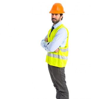 Arbeider met zijn armen gekruist