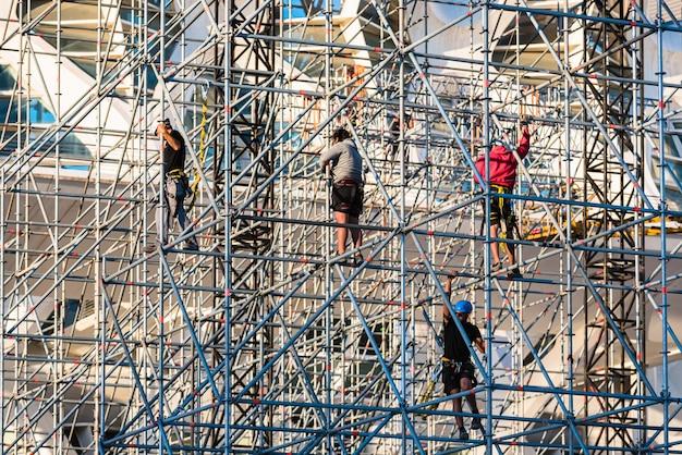 Arbeiders die een stadium voor een overleg assembleren