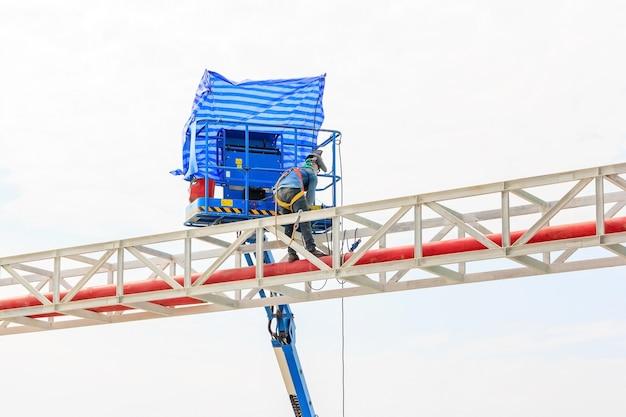 Arbeiders die staalstructuur op een hoog risico lassen op het gebied van de de bouwconstructie van de fabriek