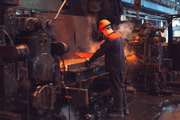 Arbeiders in de staalfabriek.