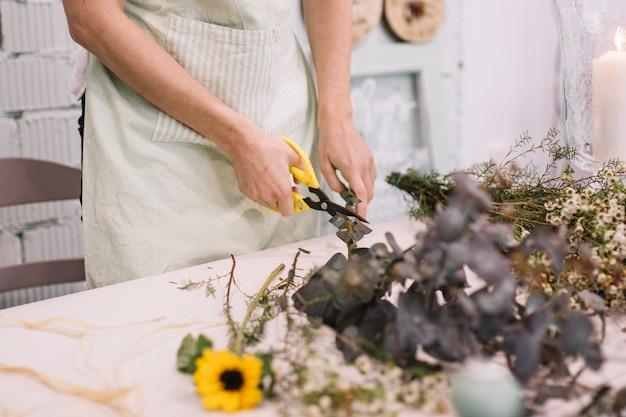 Arbeiders scherpe takjes voor bloemenboeket