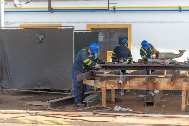 Arbeiders werken aan scheepsreparatiewerf