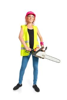 Arbeidersvrouw met kettingzaag over witte achtergrond