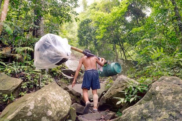 Arbeidsdraagtas en meer in het bos