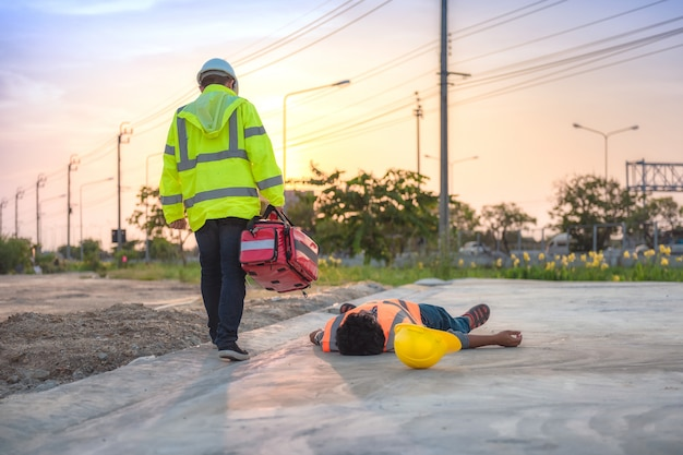 Arbeidsongeval van bouwvakkers, basis ehbo en reanimatietraining buiten.