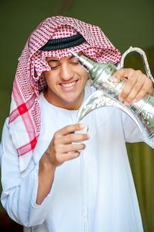 Arbische jongens gietende koffie