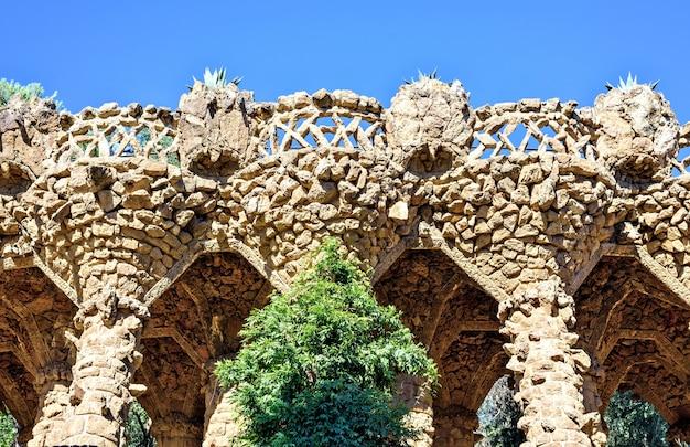 Arcade van steenkolommen in park guell, barcelona, spanje