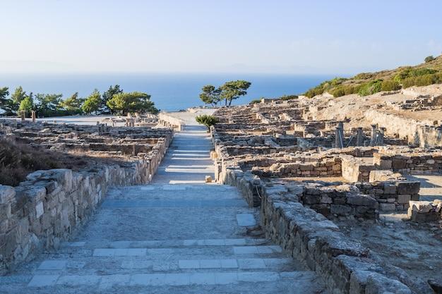 Archeologische site van oude kamiros in eiland rhodos griekenland. helleense huizen in oude stad van kamiros, eiland rhodos, griekenland vakantie. de oude stad van kamiros