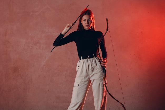 Archer aziatische vrouw met pijl en boog