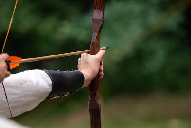 Archer houdt zijn boog gericht op het doel - boogschietwedstrijd.