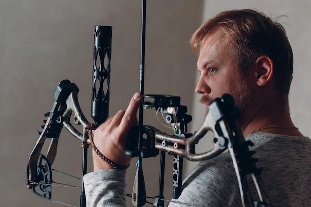 Archer man met moderne blok sport pijl en boog