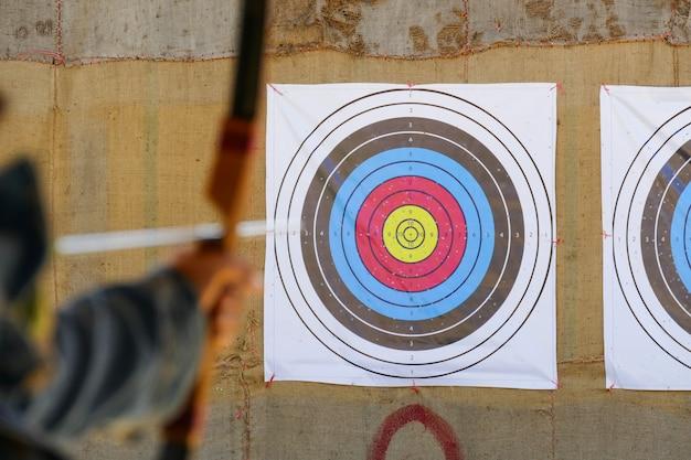 Archer richt het boogschieten op het doelwit