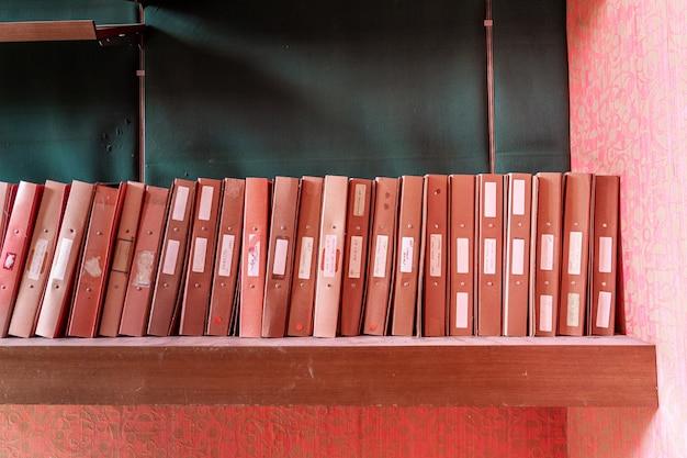Archiefkasten op een plank