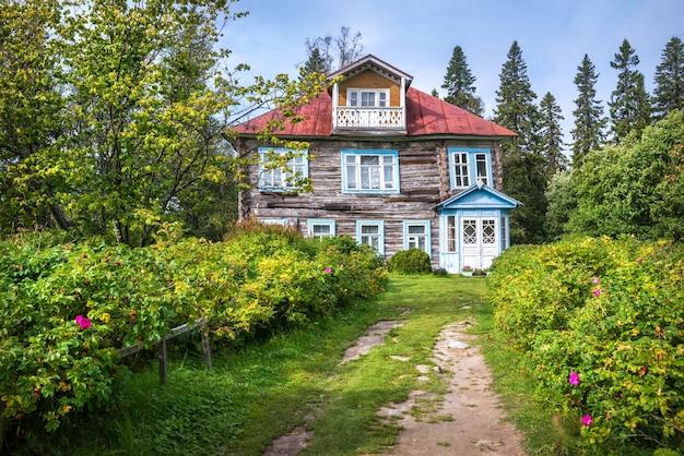 Archimandrite's houten datsja in de botanische tuin op de solovetsky-eilanden en het noordelijke bos