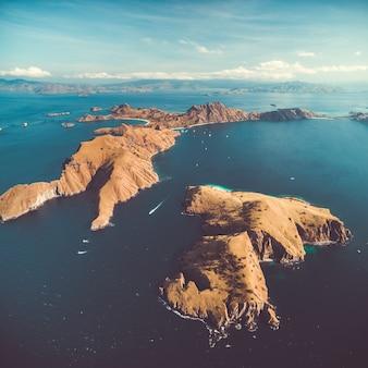 Archipel eilanden oceaan komodo luchtfoto drone schoot prachtig panoramisch overzicht de groep van de