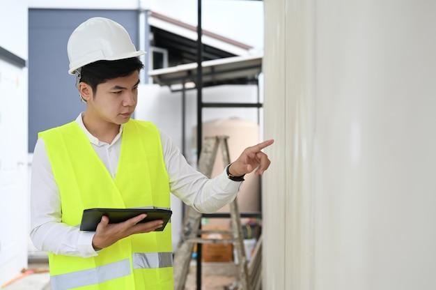 Architect aannemer professionele bouwcarrière werken met digitale tablet