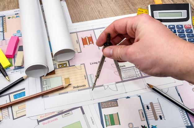 Architect bekijkt en toont blauwdruk. architectuur schets.