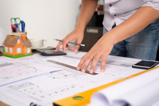 Architect berekent ingenieursstructuren met rekenmachines.