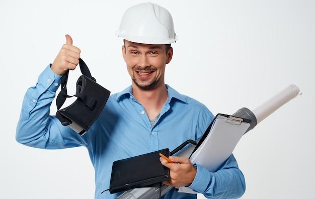 Architect bouwer in een witte helm met een buis en documenten 3d-brilmodel.