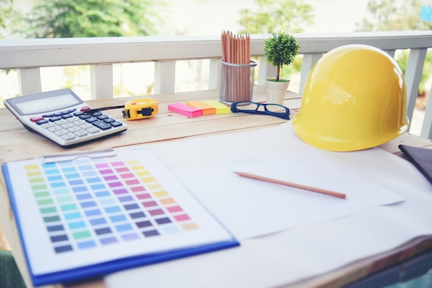 Architect designer werkproject. creatief design bureau op houten tafel.