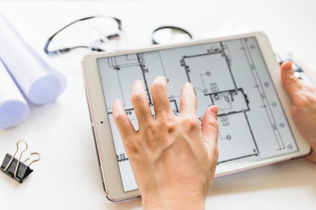 Architect die aan huisproject aan tafel werkt