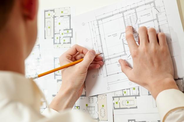 Architect die aan huisproject werkt