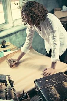 Architect die aan tekentafel in bureau werkt