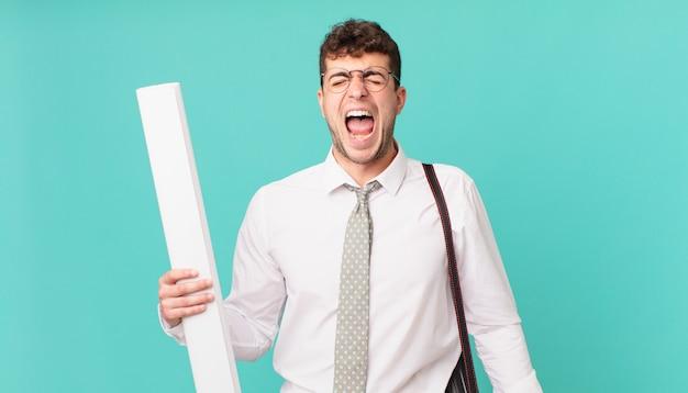 Architect die agressief schreeuwt, erg boos, gefrustreerd, verontwaardigd of geïrriteerd kijkt, nee schreeuwt