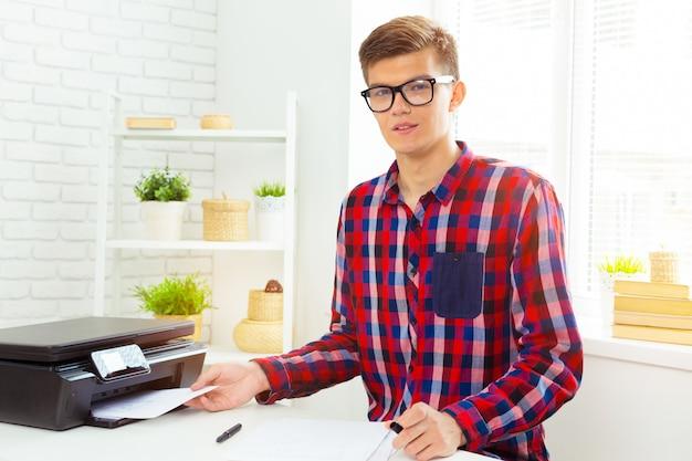 Architect die bij zijn laptop op het kantoor werkt