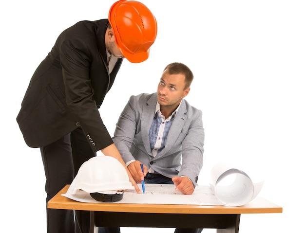 Architect die een plan bespreekt met een inspecteur