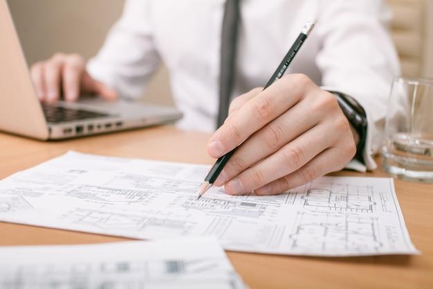 Architect die met een tekening werkt