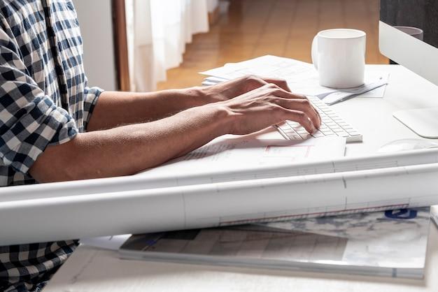 Architect die zijn project op zijn bureau bekijkt