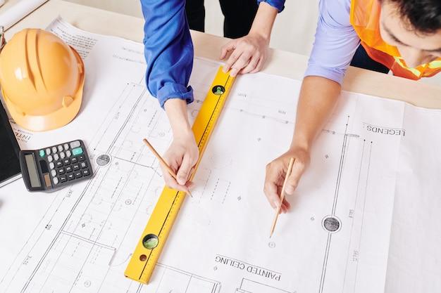 Architect en ingenieur blauwdruk bespreken