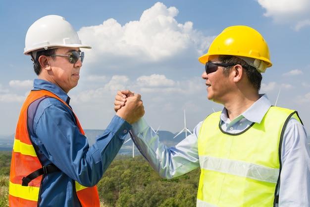 Architect en ingenieur schudden elkaar de hand