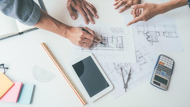 Architect engineer design bezig met blauwdruk planning concept. bouwconcept