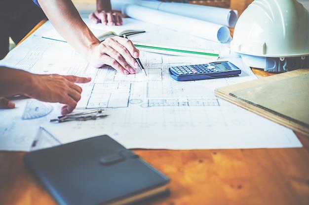 Architect engineer design bezig met blueprint planning concept. bouwconcept