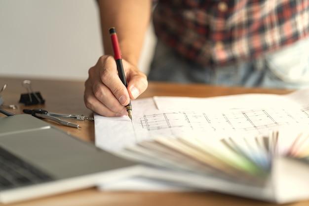 Architect & engineer werktekeningdocument over projectplanning en voortgang