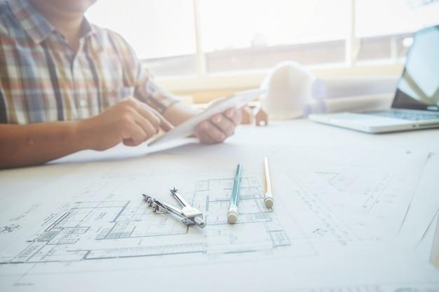 Architect in een kantoor