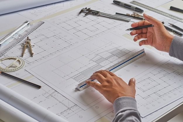 Architect ingenieur werken blauwdruk in architect studio